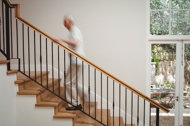 Senior man lopen trap