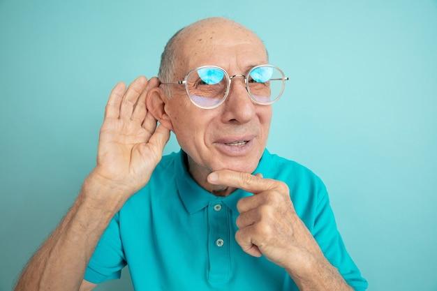Senior man luistert naar geheimen