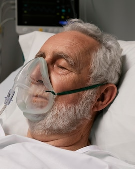 Senior man met ademhalingsproblemen in het ziekenhuis