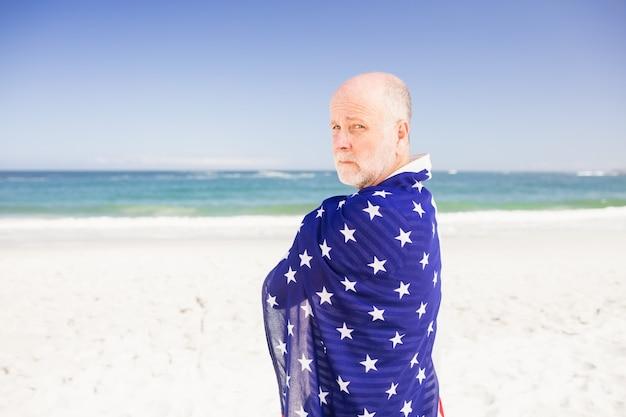 Senior man met amerikaanse vlag