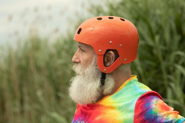Senior man met baard voorbereid op water raften ernstige blik.