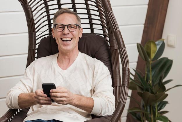 Senior man met behulp van een modern apparaat