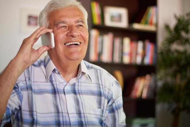 Senior man met behulp van zijn mobiele telefoon