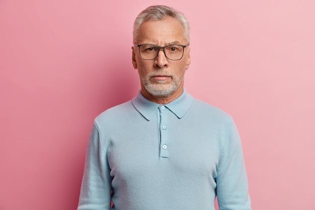 Senior man met blauw shirt en bril