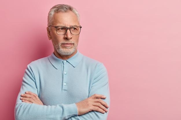 Senior man met blauw shirt en trendy bril