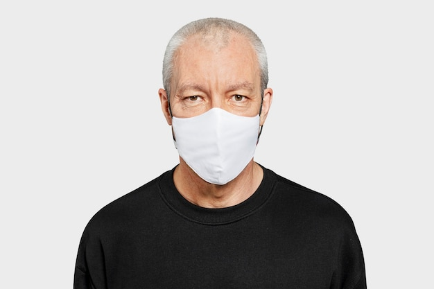 Senior man met gezichtsmasker in het nieuwe normaal