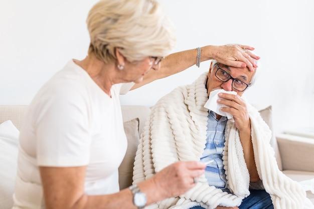 Senior man met griep en lopende neus