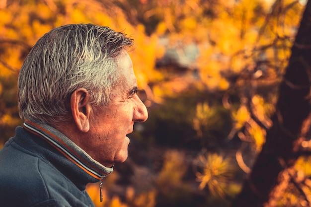 Senior man met grijs haar op de voorgrond
