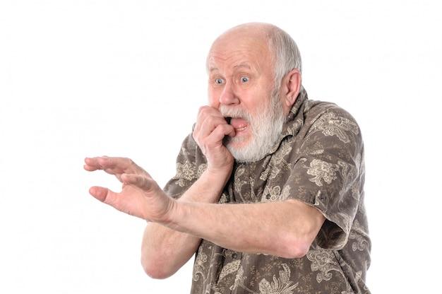 Senior man met grimas van angst.
