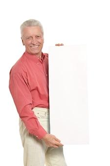 Senior man met leeg reclamebord of kopieer ruimte, geïsoleerd op wit