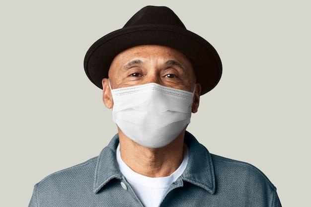 Senior man met masker voor covid-19-campagne