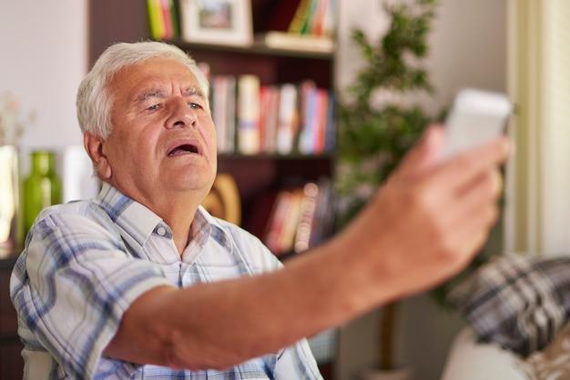 Senior man met probleem met zijn gezichtsvermogen