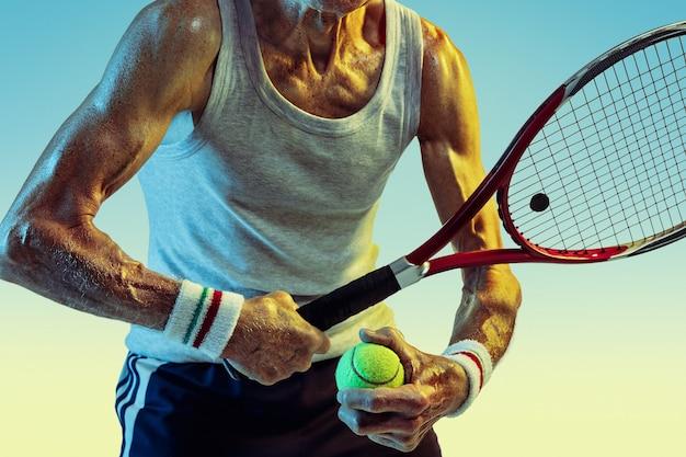 Senior man met sportwear tennissen op verloop