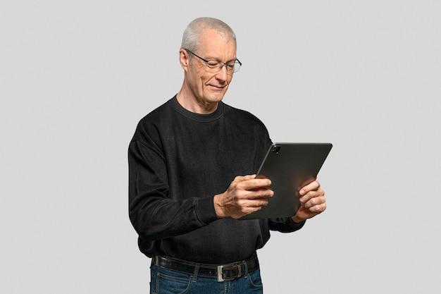 Senior man met tablet