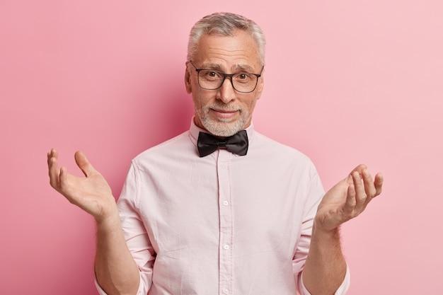 Senior man met wit overhemd en zwarte bowtie