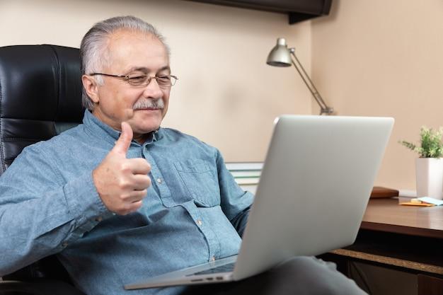 Senior man online communicatie. oude man maakt videogesprek met familie of vrienden via de videoconferentie-app