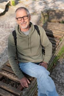 Senior man ontspannen in het park
