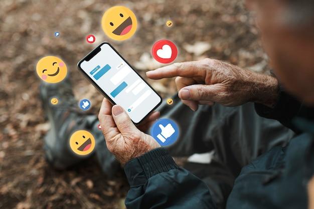 Senior man ontvangt positieve reacties van sociale media