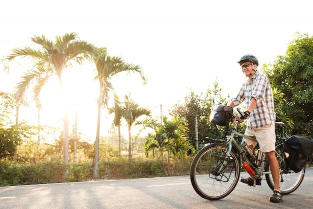 Senior man op een outdoor toerfiets