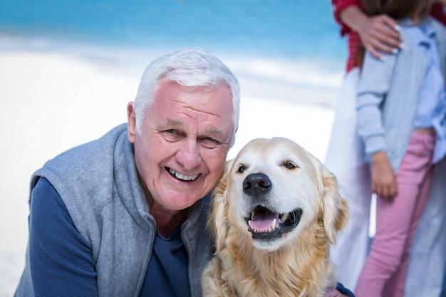 Senior man poseren met zijn hond