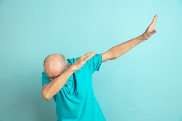 Senior man succes winnaar gebaar maken