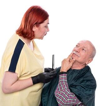 Senior man tijdens het verzorgen van snor