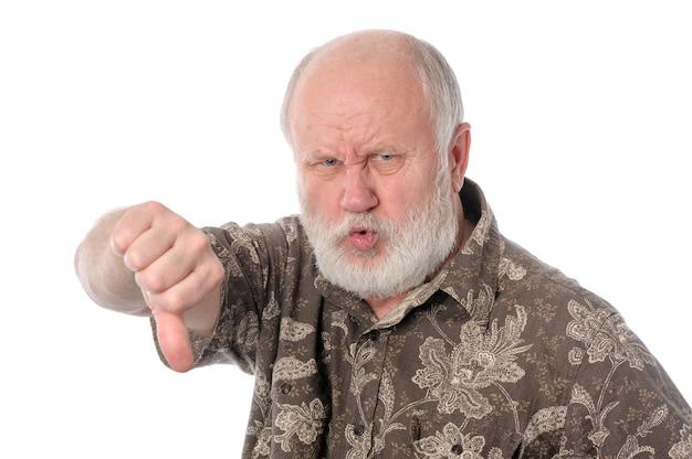 Senior man toont duim omlaag gebaar geïsoleerd op wit