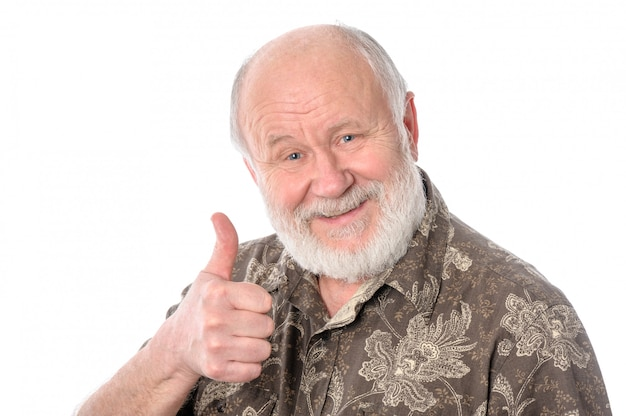 Senior man toont duimen omhoog gebaar