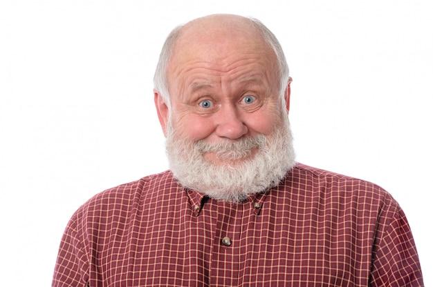 Senior man toont verrast glimlach gelaatsuitdrukking.