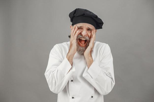 Senior man toont zijn emoties aan de camera. professionele benadering van zaken.