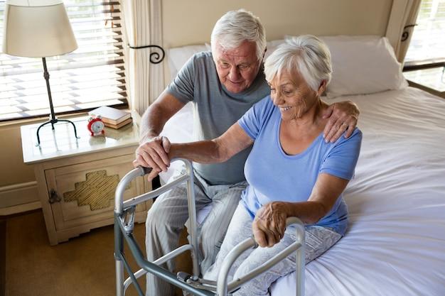 Senior man troostende vrouw in slaapkamer thuis