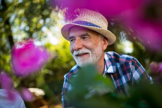 Senior man tuinieren in de tuin