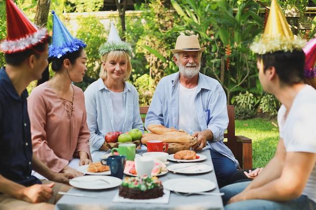 Senior man verjaardagsfeestje in de tuin