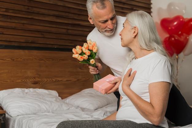 Senior man verrassende vrouw op valentijnsdag