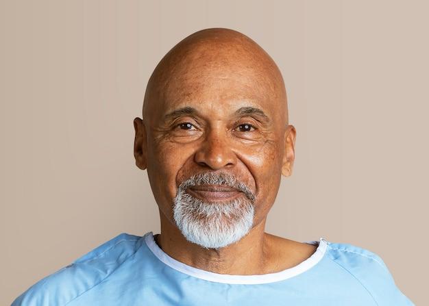 Senior man ziekenhuispatiënt, genezen van covid-19