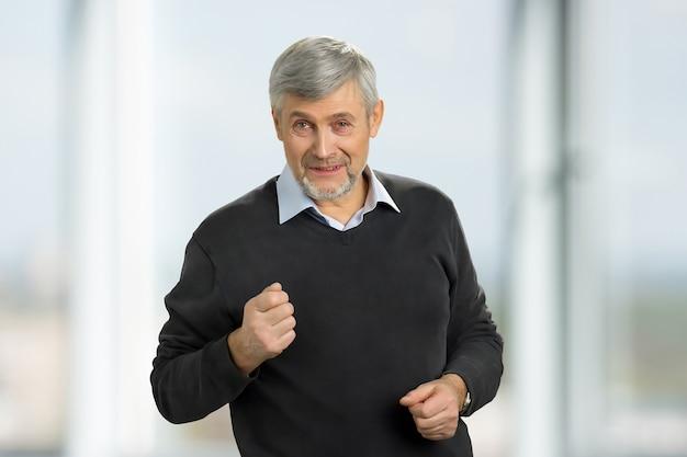 Senior man zijn vuist opzetten. een knappe volwassen man die zijn vuist toont terwijl hij boos en geïrriteerd is.