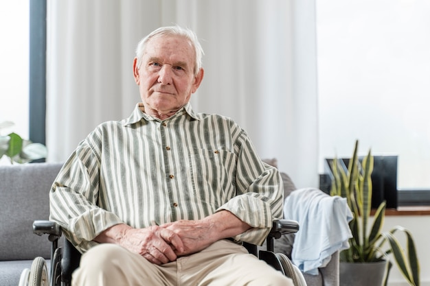 Senior man zit in een rolstoel