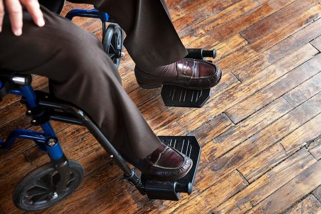 Senior man zit op een rolstoel