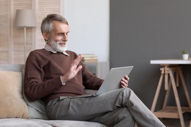 Senior mannelijke videoconferenties