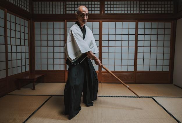 Senior martial art master in zijn dojo