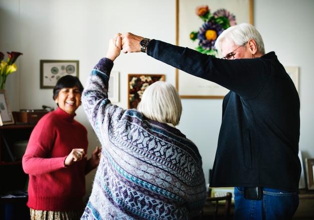 Senior mensen dansen