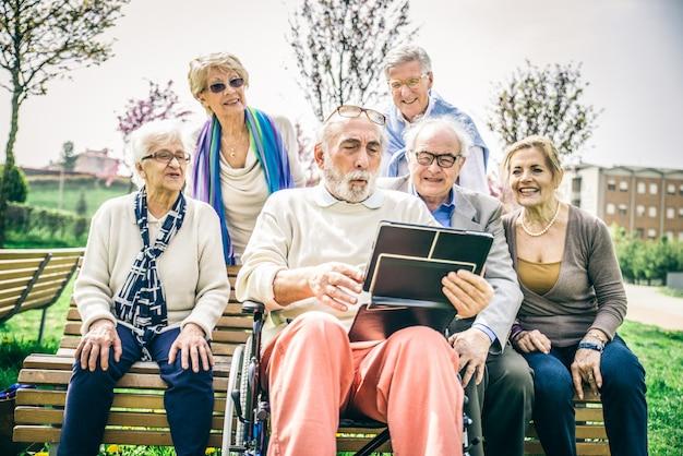 Senior mensen in een bejaardentehuis