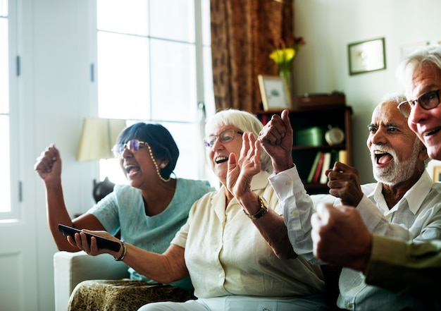 Senior mensen samen tv kijken