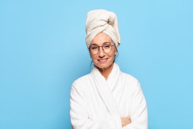 Senior mooie vrouw na douche badjas dragen