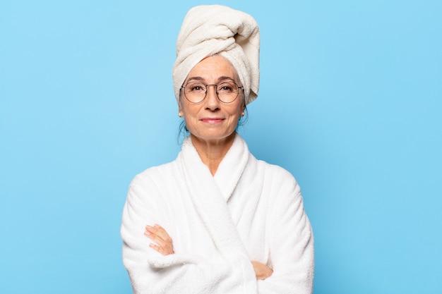 Senior mooie vrouw na het douchen in badjas