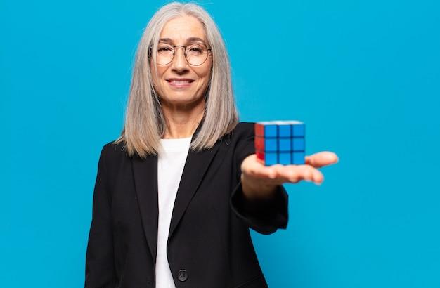 Senior mooie zakenvrouw met een intelligentie-uitdaging. het oplossen van een probleemconcept