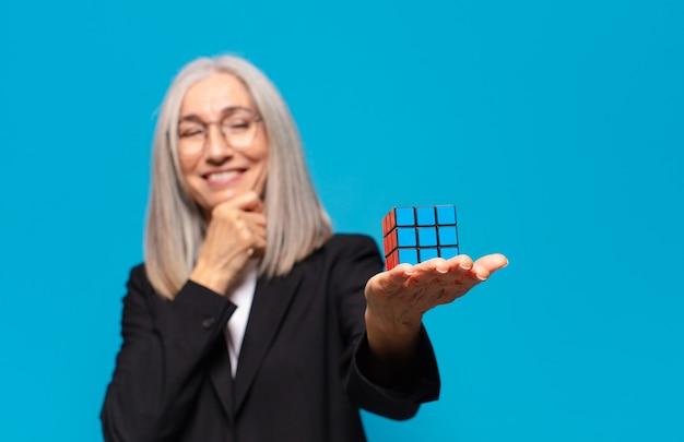 Senior mooie zakenvrouw met een intelligentie-uitdaging