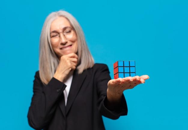Senior mooie zakenvrouw met een intelligentie-uitdaging.