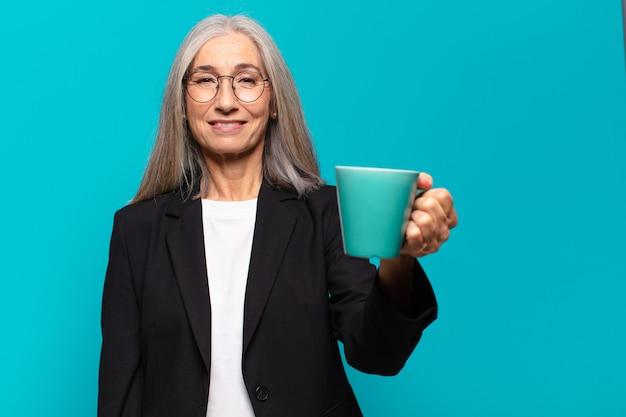 Senior mooie zakenvrouw met een koffiekopje