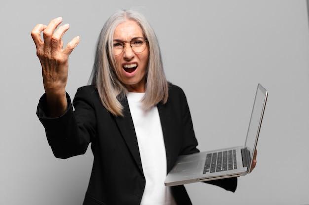 Senior mooie zakenvrouw met een laptop Premium Foto